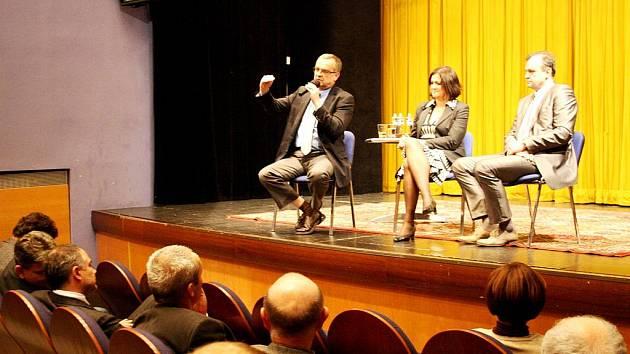 Ministr financí besedoval v divadle Na Kovárně.