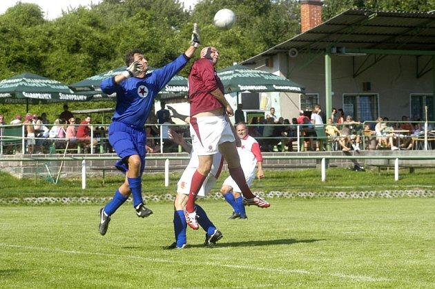 Rožďalovickou pouť slaví místní hlavně fotbalem. Na sobotu pozvali internacionály Sparty, kde se objevil i legendární kanonýr Josef Jurkanin.
