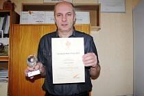 Starosta Kněžic Milan Kazda s diplomem a cenou
