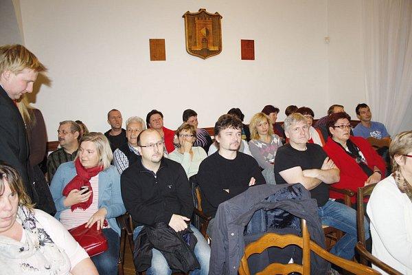 Zasedací místnost lyské radnice byla vúterý večer při mimořádném zasedání zastupitelstva města plná. Mnozí lidé stáli venku na chodbě.