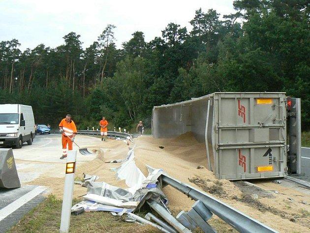 Pivovarský slad zaplavil přivaděč na dálnici za Sadskou. Stalo se tak po nehodě kamionu, který se převrátil i s návěsem plným obilí.