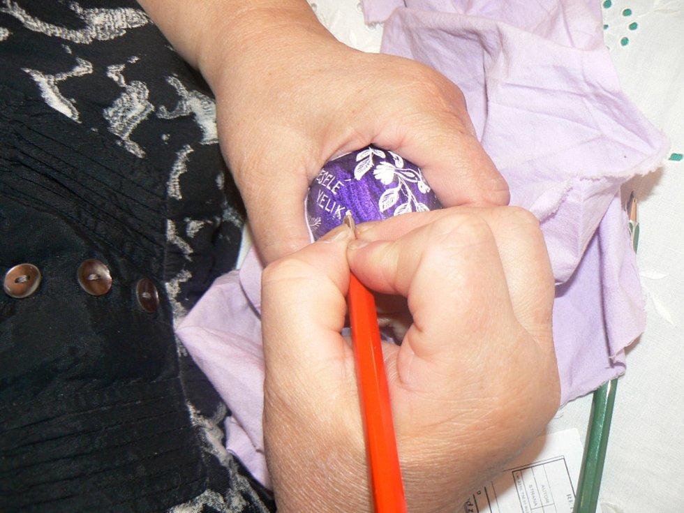 V Kersku předvedla paní Naděžda starou techniku vyškrabávání kraslic.