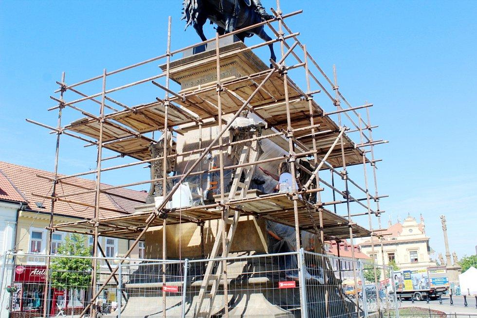 Restaurování podstavce jezdecké sochy na Jiřího náměstí v Poděbradech.