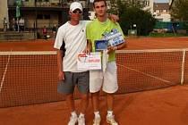 Vítěz turnaje, poděbradský borec Vít Vrbenský, s trenérem (svým otcem) Karlem Vrbenským