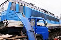Nehoda na přejezdu u Kostomlat