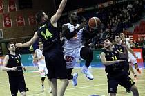 TRÁPILI SE. Basketbalisté Nymburka prohrávali v poločase s Opavou o devatenáct bodů. Nakonec však zvítězili