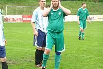 NESTÁRNOUCÍ FOTBALISTA. Veterán Jaroslav Semecký (v zeleném) stále hraje aktivně fotbal. Za tým Křečkova