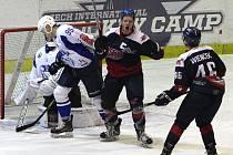 Hokejisté Nymburka (v modrém) zvládli na svém ledě derby s celkem Kolína a vyhráli 4:1. Domácí tak vrátili Kozlům porážku z prvního vzájemného utkání letošní sezony.