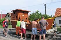 Dřevěná loď vznikla v dílně na Kolajích za dva měsíce