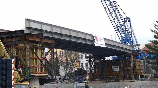 Položením mostní konstrukce přes Labe bohužel poděbradská akce nekončí. Průjezd do města bude i nadále zavřený.