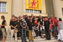 Libický Vojan a přivítání na schodech Jiráskova divadla v Hronově