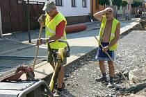 Potí se i dělníci opravující Purkyňovu ulici v Nymburce