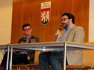 Erik Tabery dvě hodiny diskutoval v nymburském Obecním domě.