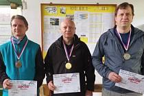 Střelec SSK Dvory Pavel Kovář (uprostřed) si v Hradci Králové vystřílel zlato