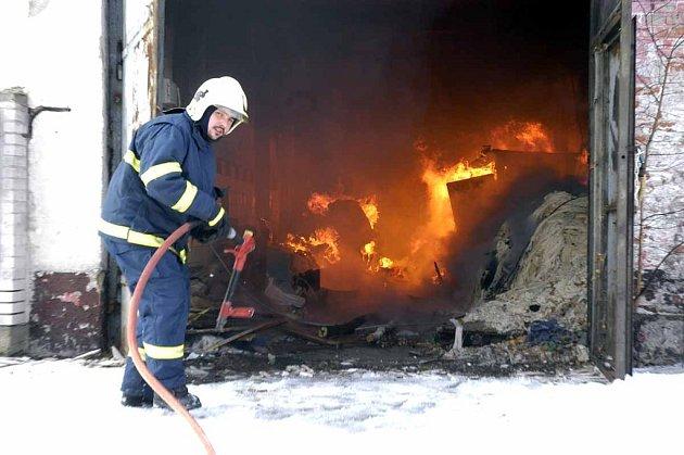 Hasiči u požáru skladu v Milovicích.