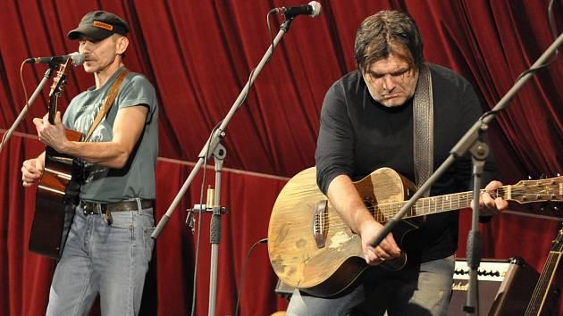 Folková kapela Kamelot.