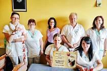 Jako poděkování za jejich práci se rozhodli zástupci chlebské Zoo logické zahrady věnovat VIP vstupenky zdravotníkům z nymburské nemocnice.