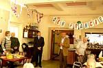 Do domova pro seniory přivezl rada Nicolas de Lacoste nejen víno a filmy, ale i hru petánque.