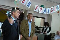 Do domova pro seniory přivezl rada Nicolas de Lacoste (vlevo) nejen víno a filmy, ale i hru petánque.