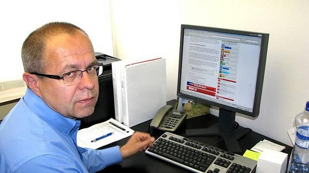 Znovuzvolený poslanec Miroslav Jeník ve své kanceláři