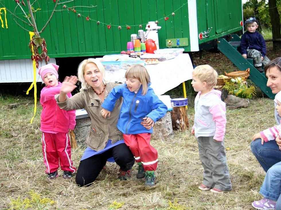 Ahoooj! vítají písničkou v Lesním klubu Skřítek nový den a předvedli to rodičům.