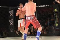 JAKUB MIKLUŠČÁK (bílé trenky), bývalý fotbalista, bojoval poprvé v kleci. A jeho premiérový zápas MMA byl vítězný