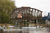 V Čelákovicích byly v pátek demontovány a unikátní metodou po řece odvezeny zbývající dva oblouky starého mostu. Na břehu je pak odborníci zlikvidovali.