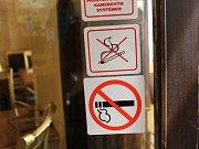 Nálepky se zákazem kouření už jsou téměř všude.