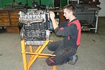 Díky dotaci z Kolína mají nymburští automechanici zmodernizované dílny.
