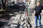 Archeolog Luděk Kos při komentované prohlídce popsal objevy v ulici Na Příkopě.