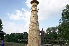 Maják na břehu u přívozu je vyrobený z topolu a má být turistickým lákadlem.