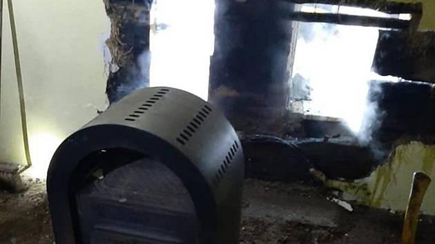 Hasiči odstranili požár stěny u krbových kamen.