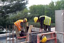 Silniční most v Poděbradech finišuje. Práce na záplavovém však začnou až v červnu a budou trvat minimálně do konce roku.