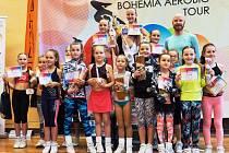Opět zlatá. Michaela Pospíšilová (úplně nahoře) získala další zlato. Dobře se cítila ve společnosti svých kolegyň