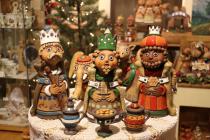 Keramický betlém z dílny Bronislava Kuby obsahuje 40 figur.