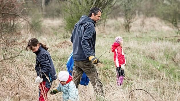 Brigáda dobrovolníků na pastvině divokých koní v Milovicích.
