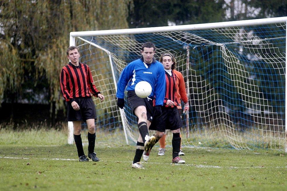 Na rok okresní přebor. Fotbalisté Kněžic (v červenočerném)  v sezoně 2005 – 2006 postoupili do nejvyšší okresní soutěže. Tam se jim nedařilo a zase spadli. Doma ale porazili Opočnici 2:1