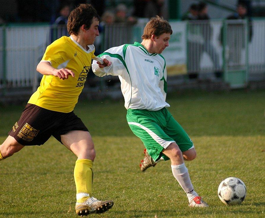Z utkání krajského přeboru Polaban Nymburk - Litol (ve žlutém) 0:2.