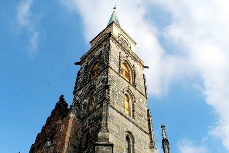 Věž kostela sv. Jiljí v Nymburce.