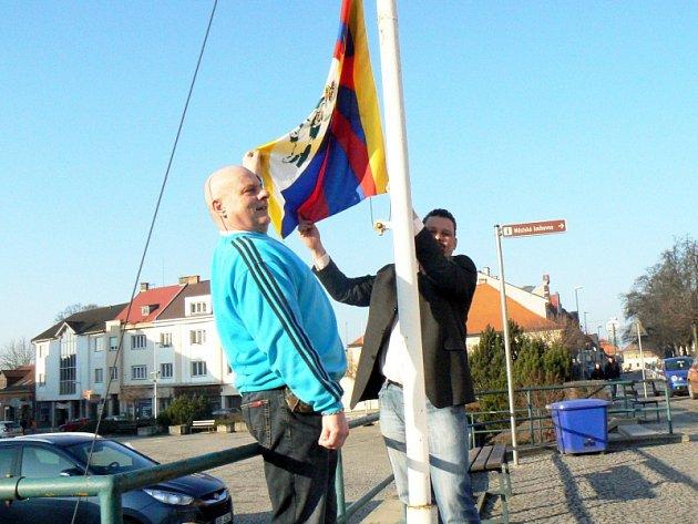 Vyvěšení tibetské vlajky na Husově náměstí