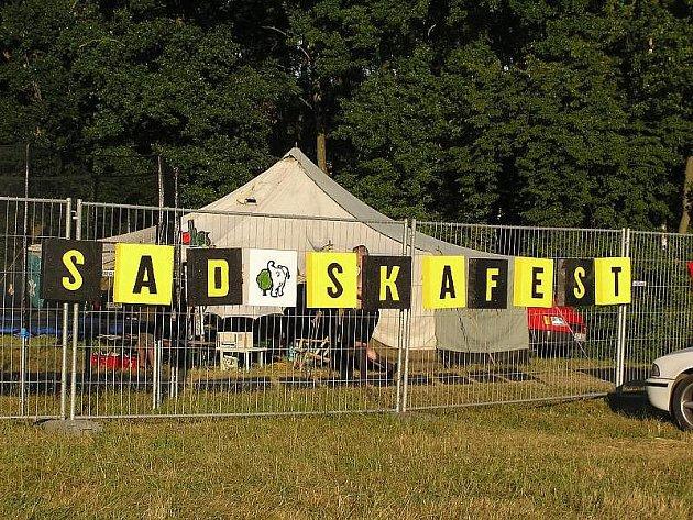 Druhý ročník ska a reggae festivalu u jezera v Sadské roztančil přes tisíc lidí.
