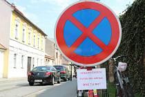 Řidiči v Nymburce si musí dát pozor. V těchto dnech totiž startuje strojové čištění ulic,  při kterých budou v konkrétních lokalitách zákazy zastavení.
