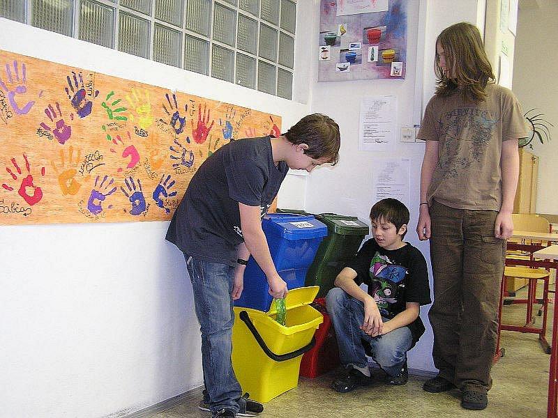 Žáci se učí třídit odpady ve škole a zvyk by jim měl zůstat do života.