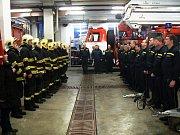Nymburští hasiči drželi v pátek ráno minutu ticha za kolegu.