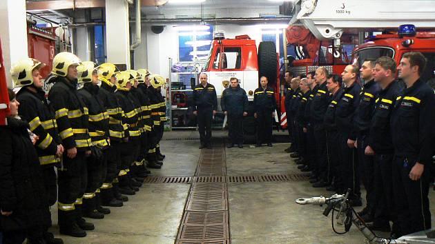 Při střídání noční a ranní směny došlo při ranním nástupu nymburských hasičů k mimořádné události. Drželi minutu ticha za kolegu Jana Odermatta, který zemřel před několika dny při zásahu u požáru firmy ve Zvoli u Prahy.