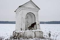 PAROUBKOVSKÁ kaplička na silnici mezi Sadskou a Zvěřínkem.