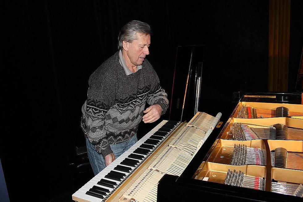 Ladič  Jaroslav Kastner ladil klavír v divadle Na Kovárně před úterním koncertem.