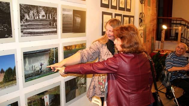 Zájemci se mohou přijít podívat na kresby a obrazy známého výtvarníka Jana Severy a fotografie jeho sestry Áji Kacarové.