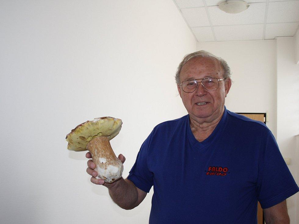Úterní výprava do loučenských lesů se Ivu Müllerovi z Nymburka vyplatila. Stačila hodinka a téměř celý košík zaplnil parádní kousek - hřib dubový vážící 85 dkg.
