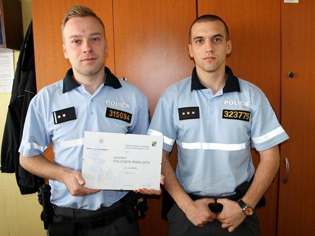 Policisté Jan Langweil a Tomáš Skořepa s oceněním za čin roku.